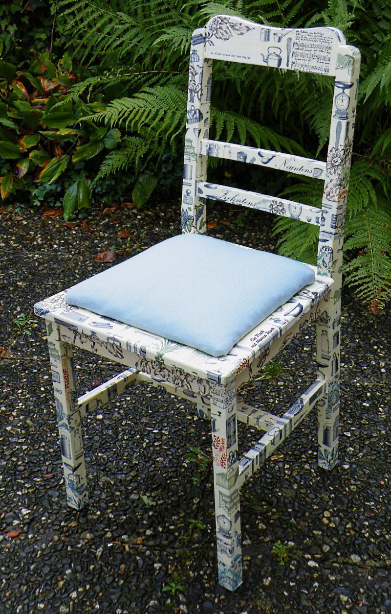 Holzstuhl mit polster da sitzt etwas auf dem papier - Holzstuhl mit polster ...